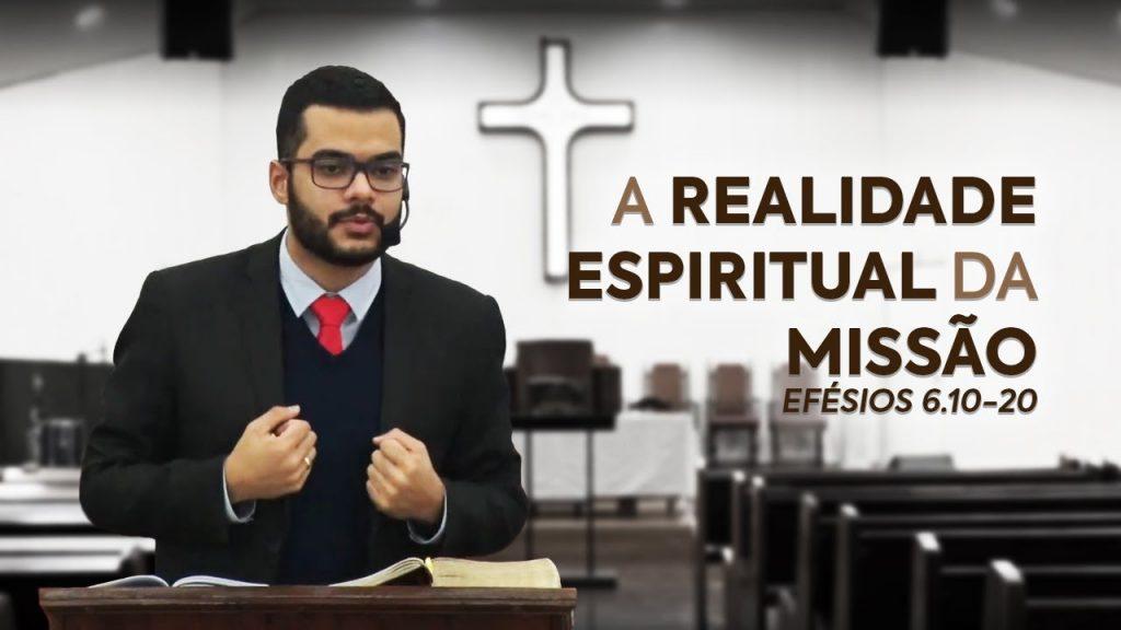 Rev. Lucas Maracci pregando sobre a realidade espiritual da missão em Efésios 6